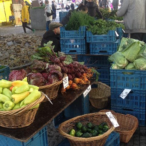 03725-Primarne_se_jedna_o_potravinovy_trh,_a_i_kdyz_v_predvanocnim_obdobi_klesa_nabidka_sezonni_zeleniny,_bude_stale_z_ceho_vybirat.jpg